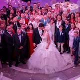 Das glückliche Brautpaar lässt den gelungenen Abend im Kreise ihrer Liebsten ausklingen.