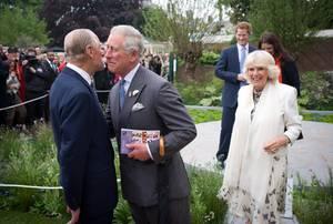 """Herzliche Begrüßung bei der """"Chelsea Flower Show"""" 2013: In den letzten Jahren sollen Prinz Charles und sein Vater sich besser verstehen."""