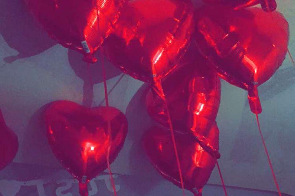 """Sila Sahins Wohnung ist mit Luftballons und einem """"Just Married""""-Banner geschmückt."""
