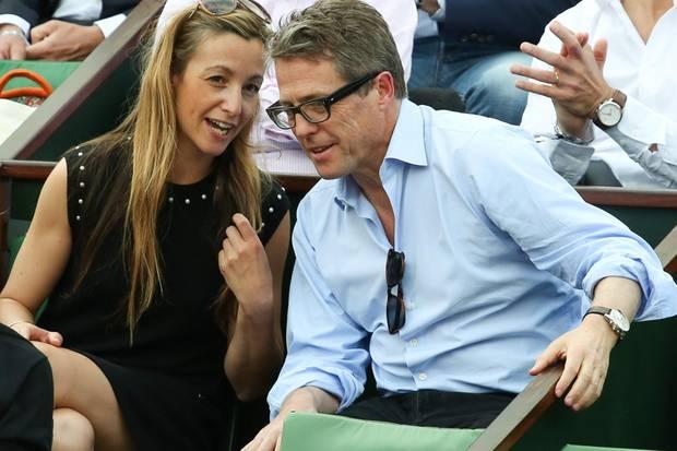 Hugh Grant mit Anna Eberstein Ende Mai beim Tennisturnier in Roland Garros