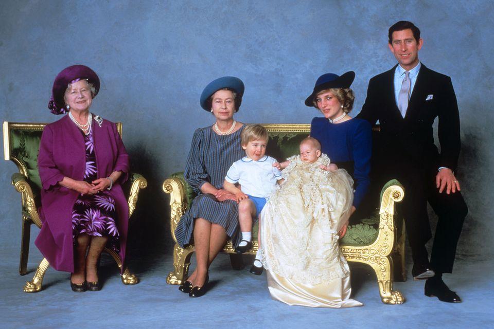 Queen Mother, Queen Elizabeth II, Prinz William, Prinz Harry, Diana, die Fürstin von Wales, Prinz Charles