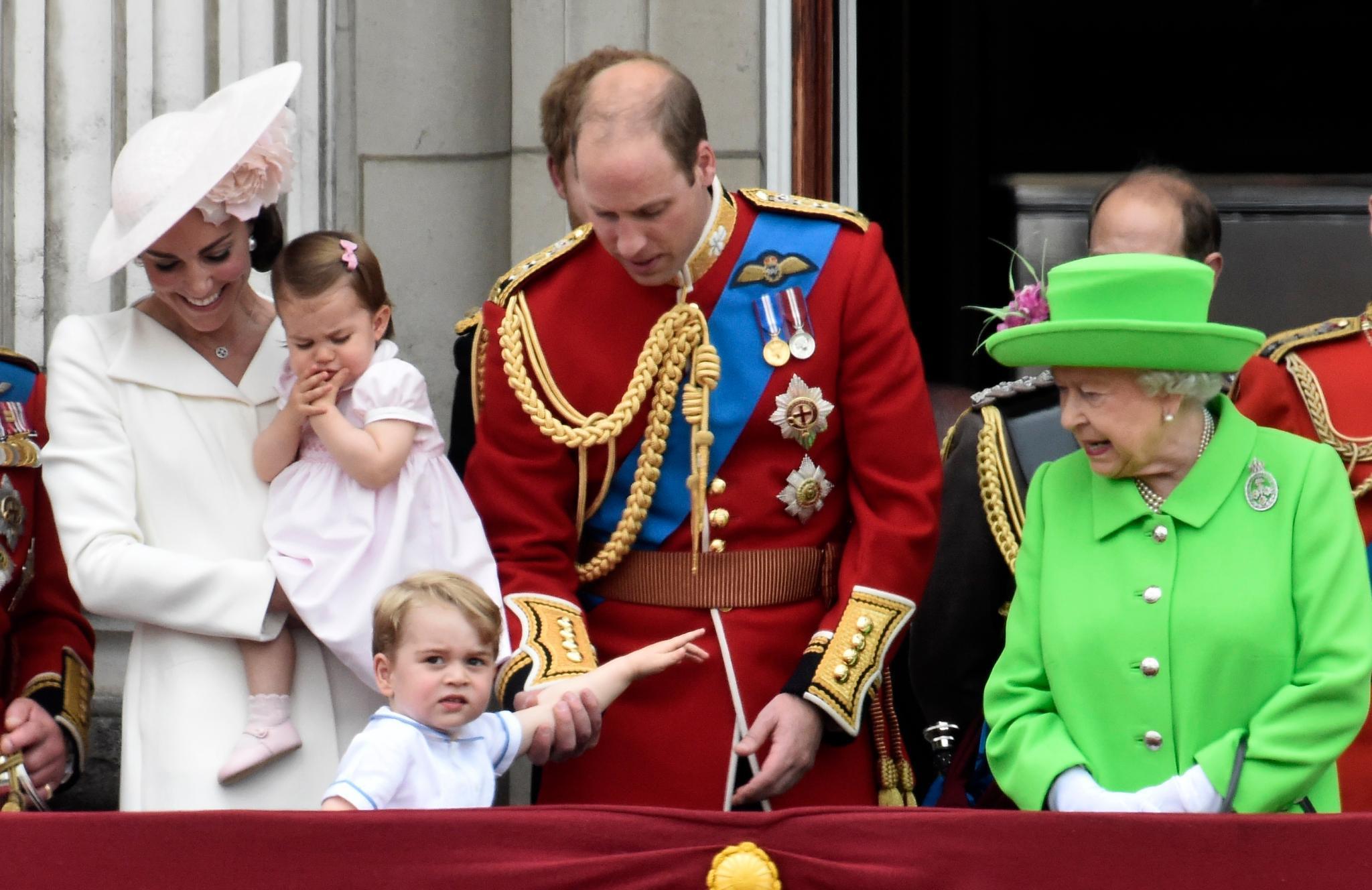 Herzogin Catherine, Prinzessin Charlotte, Prinz George, Prinz William, Queen Elizabeth