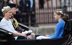 11. Juni 2016: Trooping the Colour   Prince Edward, Gräfin Sophie von Wessex und Lady Louise Windsor in einer eigenen Kutsche.
