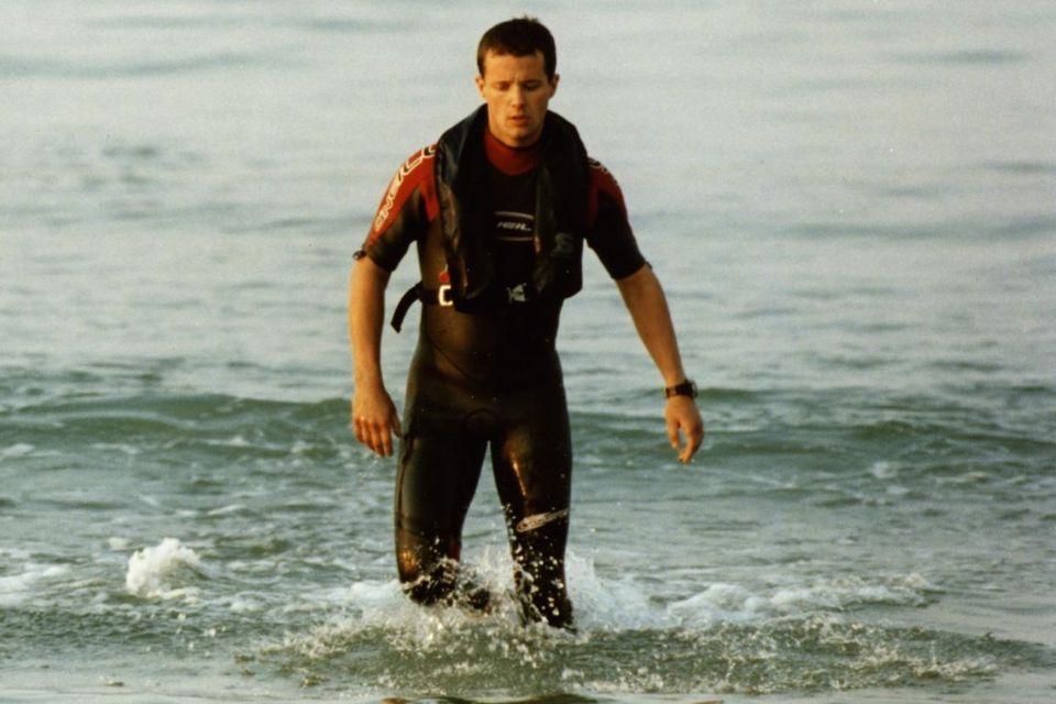 2003 sieht man Prinz Frederik hier gut trainiert aus dem Wasser steigen