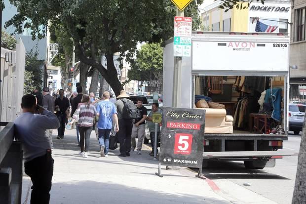 Johnny Depps Team lädt eine Kleiderstange mit Anzügen in den Umzugswagen. Aber wozu braucht er bis zur nächsten Anhörung am Freitag die Couch?