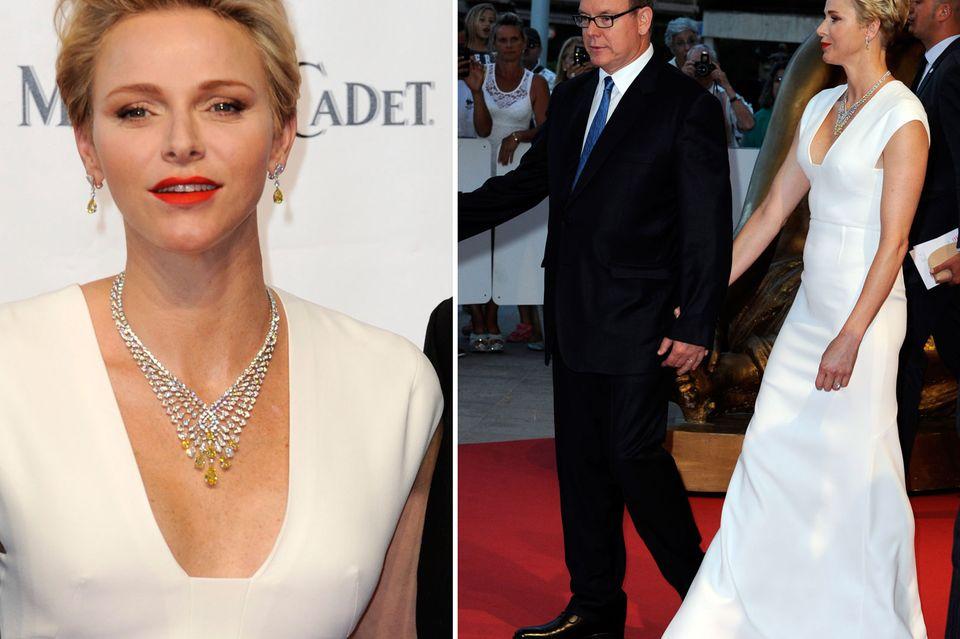 Ikonenhaft schritt Fürstin Charlène von Monaco im bodenlangen Abendkleid an der Seite ihres Ehemanns Fürst Albert entlang auf der Fernsehgala. Das verführerische Dekolleté ließ tief blicken.