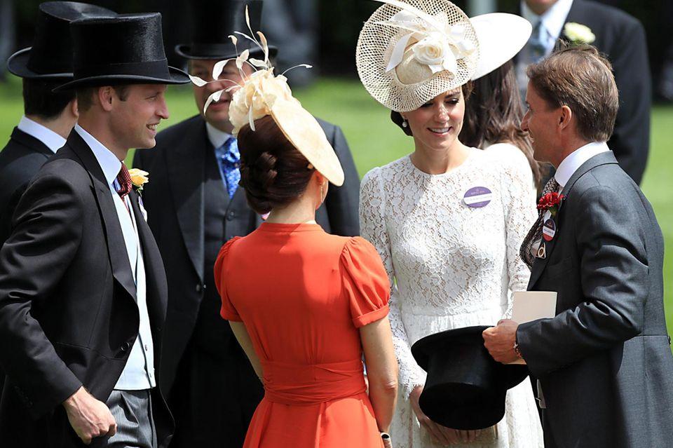 Fröhliche Plauderstunde in Ascot - unter anderem mit Prinz Frederik (ganz links), Prinz William, Prinzessin Mary (in Rot) und Herzogin Catherine.