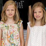 Prinzessin Leonor undPrinzessin Sofía tragen niedliche Tops mit gerafften Schultern.