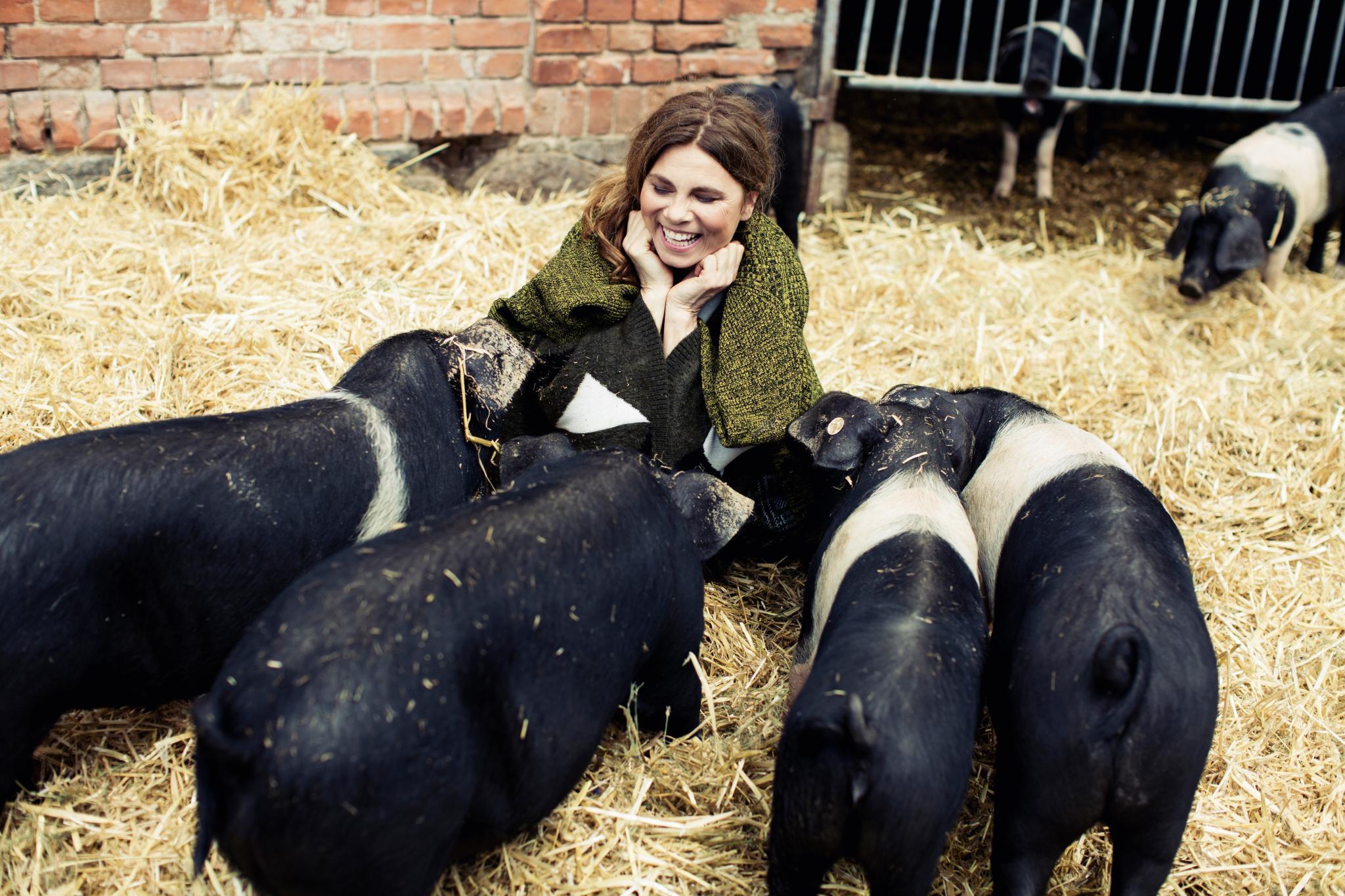 Tiere artgerecht zu halten ist ein großes Anliegen von Sarah Wiener. Sie dann auch zu essen, gehört für sie zum natürlichen Kreislauf