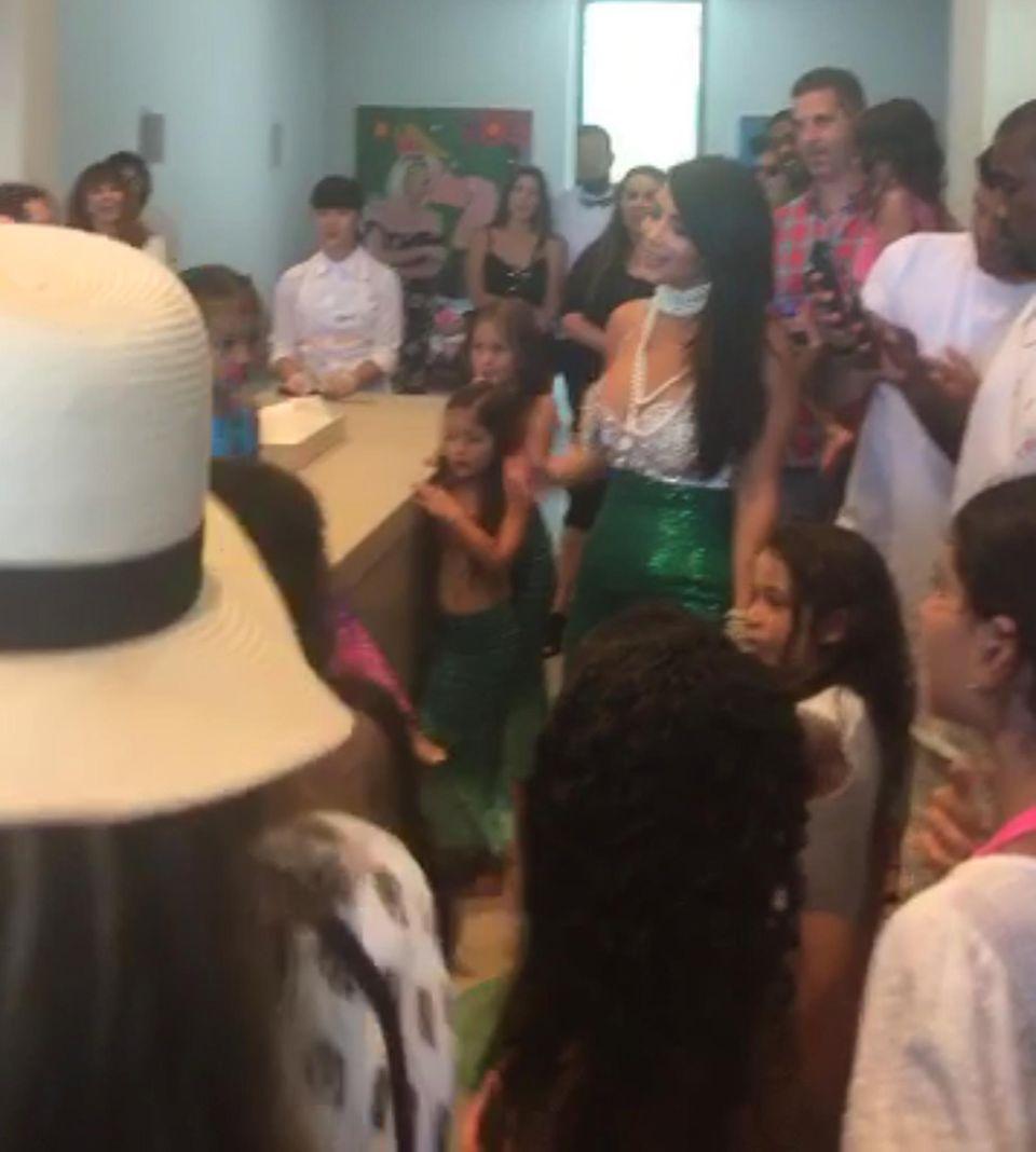 Kim Kardashian (Mitte) scheint sich über die Party mehr zu freuen als ihre Tochter (links). Auch Papa Kanye West (ganz rechts) wirkt desinteressiert.