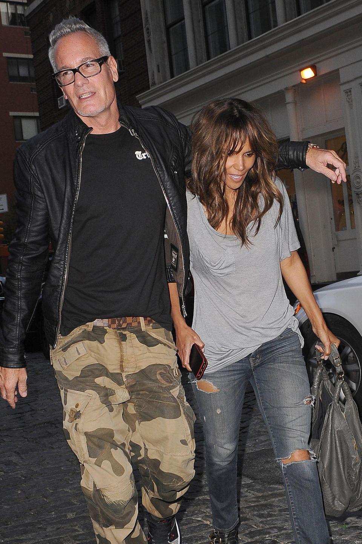 Cliff Watts legt schützend den Arm um Halle Berry. Ein Liebesbeweis?