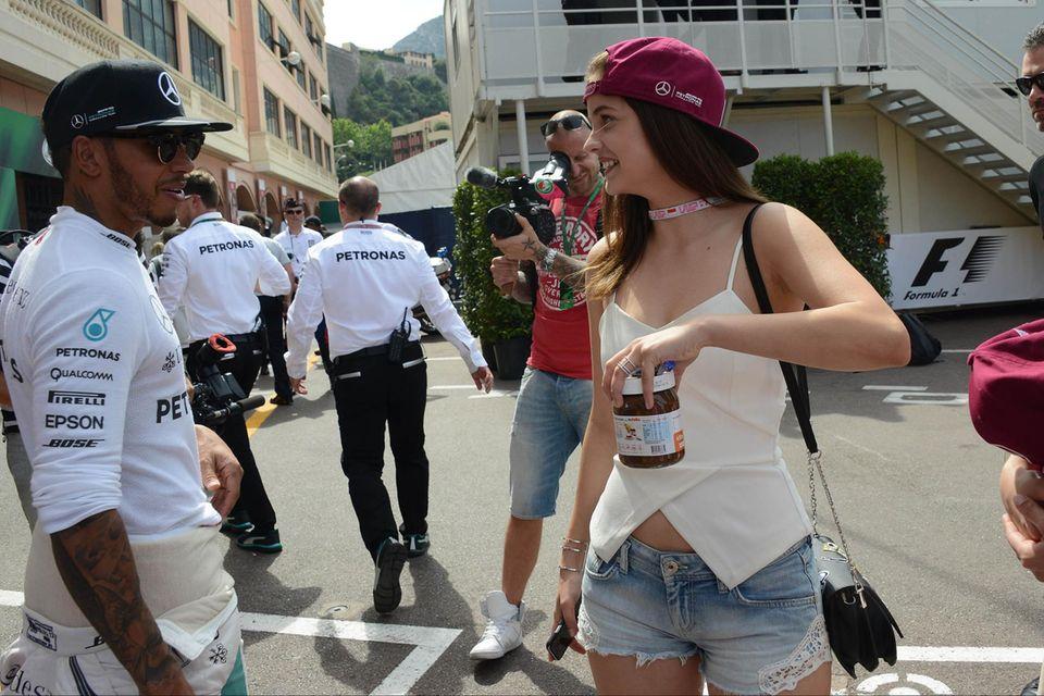 In Monaco brachte Barbara ihrem Lewis offenbar ein Glas Nutella in die Boxengasse.