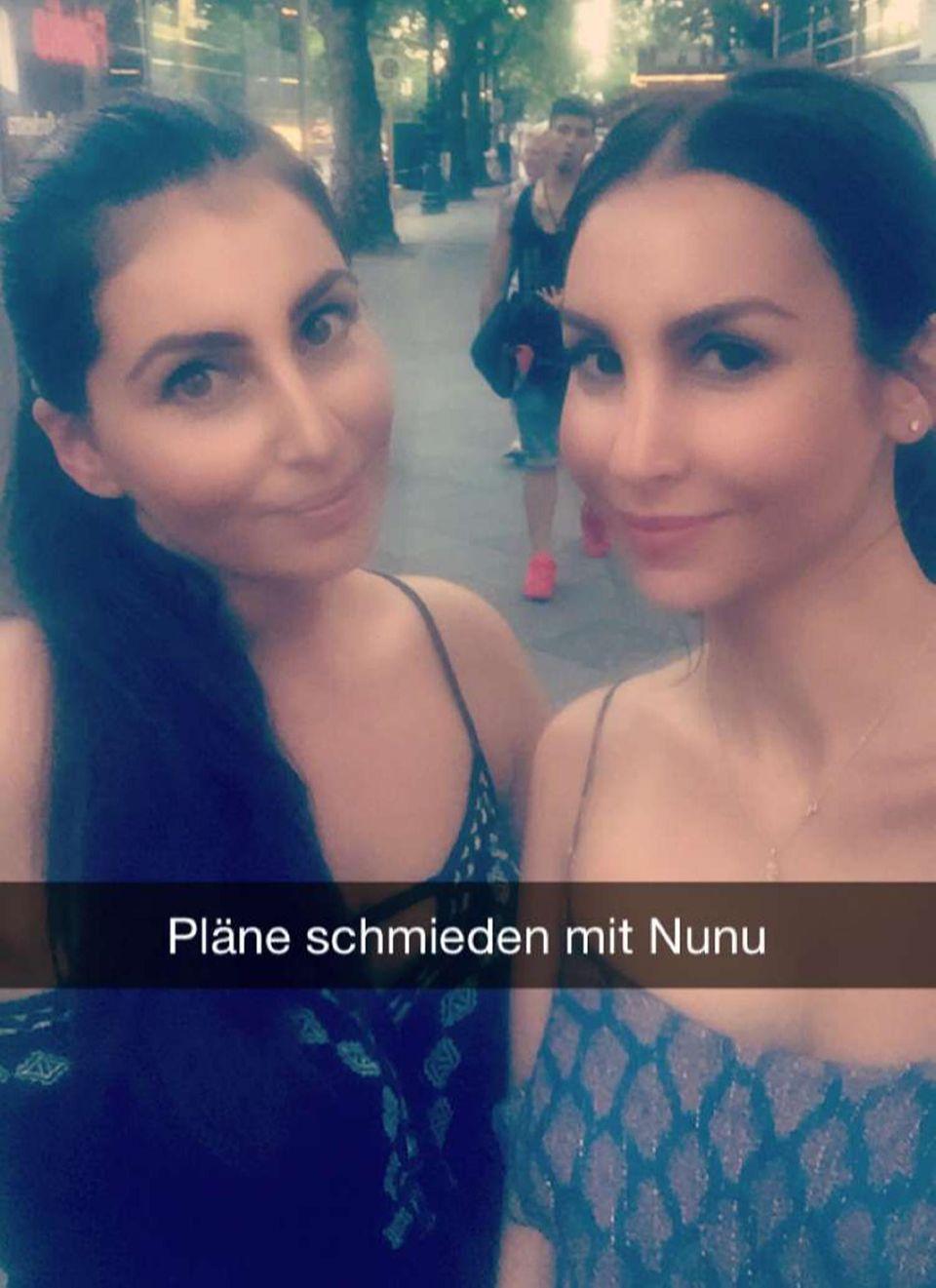 Während Samuel in Hannover trainiert, trifft sich Sila Sahin mit einer Freundin.