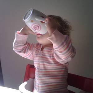 Kind trinkt