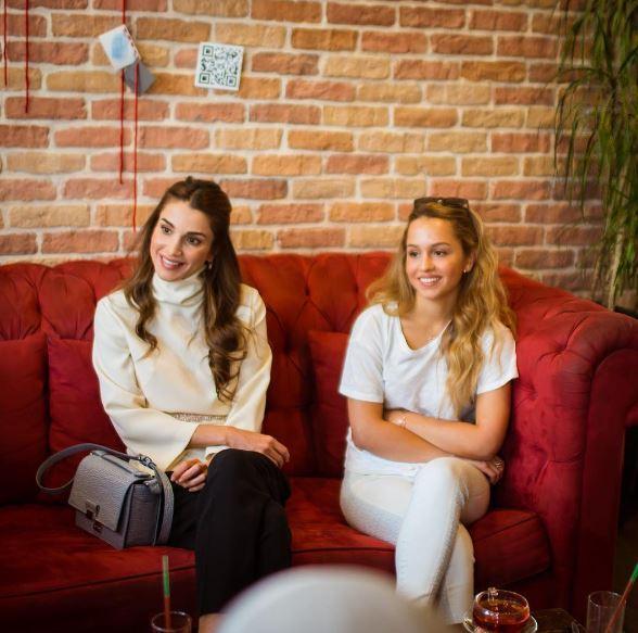 17. August 2015  In einem Café in der Rainbow Street in der Altstadt von Amman nehmen sich die Königin und ihre Tochter Zeit für Gespräche.