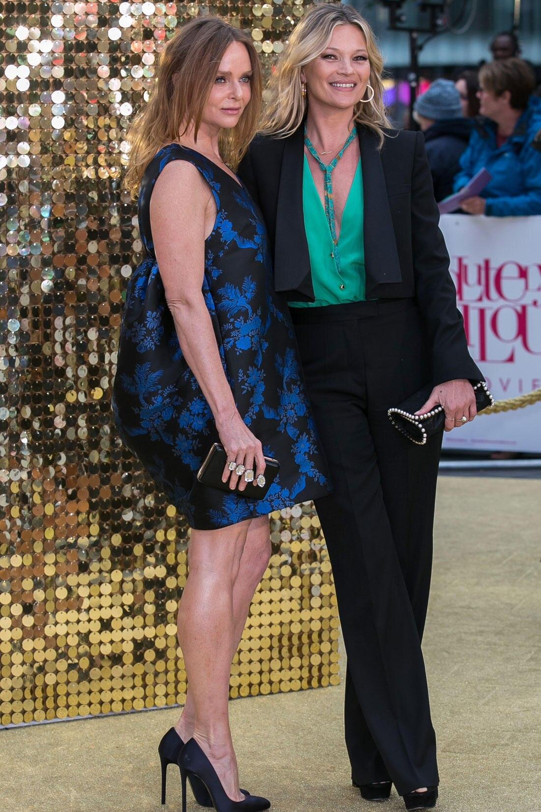 "Modedesignerin Stella McCartney flankiert ihre Freundin, Topmodel Kate Moss, die im Kinofilm ""Absolutely Fabulous"" leider über Bord geht."