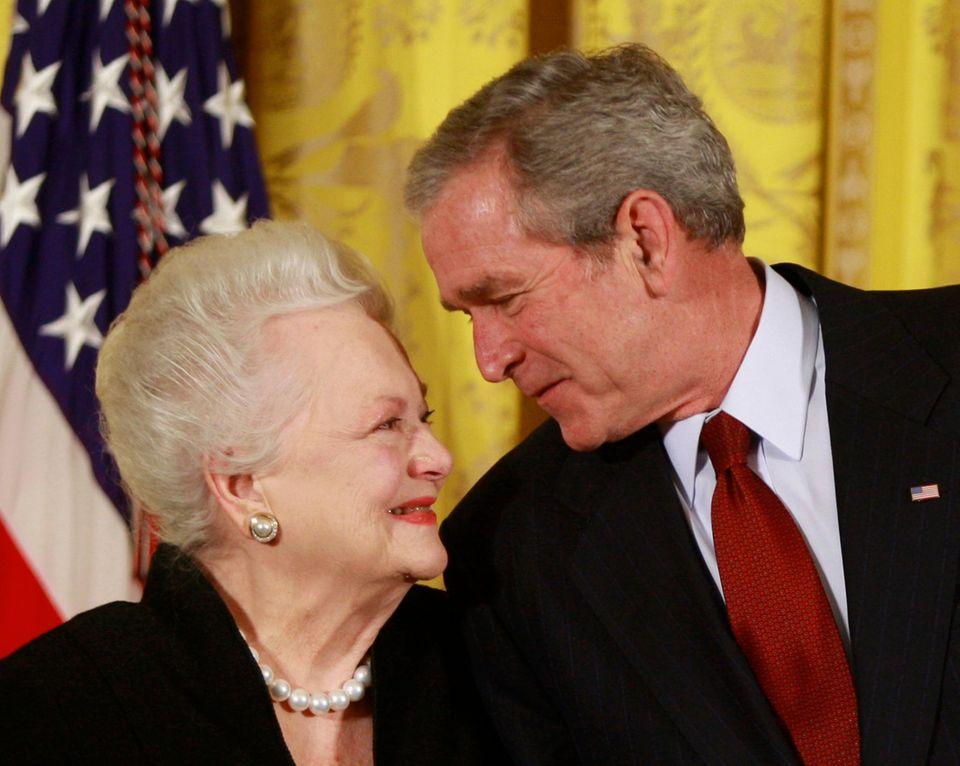 """2008: Der damalige US-President George W. Bush mit Olivia de Havilland bei der Verleihung der """"National Medal of Arts"""" im Weißen Haus."""