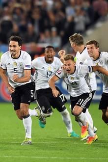 Das deutsche Team jubelt: Julian Draxler, Benedikt Höwedes, Mats Hummels, Jerome Boateng, Joshua Kimmich, Bastian Schweinsteiger und Thomas Müller