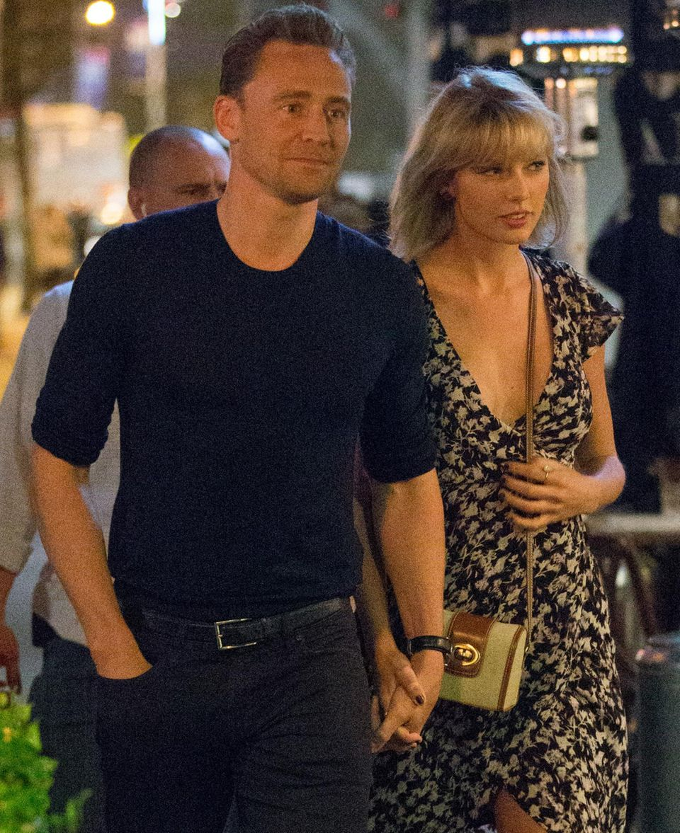 Tom Hiddleston und Taylor Swift halten bei einem romantischen Date Händchen. Doch auffällig ist vor allem die verdächtig große Oberweite der Sängerin