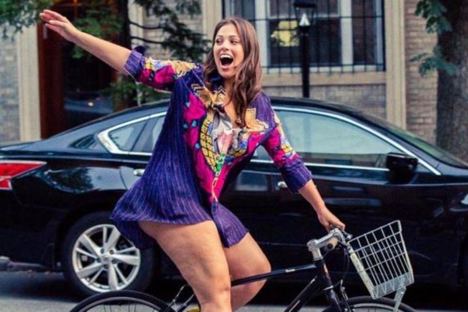 Fröhlich radelt sie durch die Straßen und scheut sich dabei nicht vor ihrer Cellulite: Ashley Graham