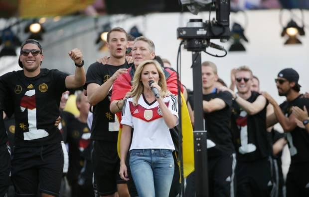 """Helene Fischer heizt den Jungs mit """"Atemlos"""" ein."""