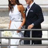 Ein erster Blick auf das Brautpaar: Auf dem ersten Foto, welches vor dem Standesamt in Venedig aufgenommen wurde, ist Ana in einem wunderschönen, schlichten, weißen Kleid zu sehen. Dazu ein passendes Blumenbouquet aus weißen Rosen. Basti hat sich für einem dunkelblauen Anzug mit weißem Hemd entschieden. Lässig: Beide tragen Sonnenbrillen.