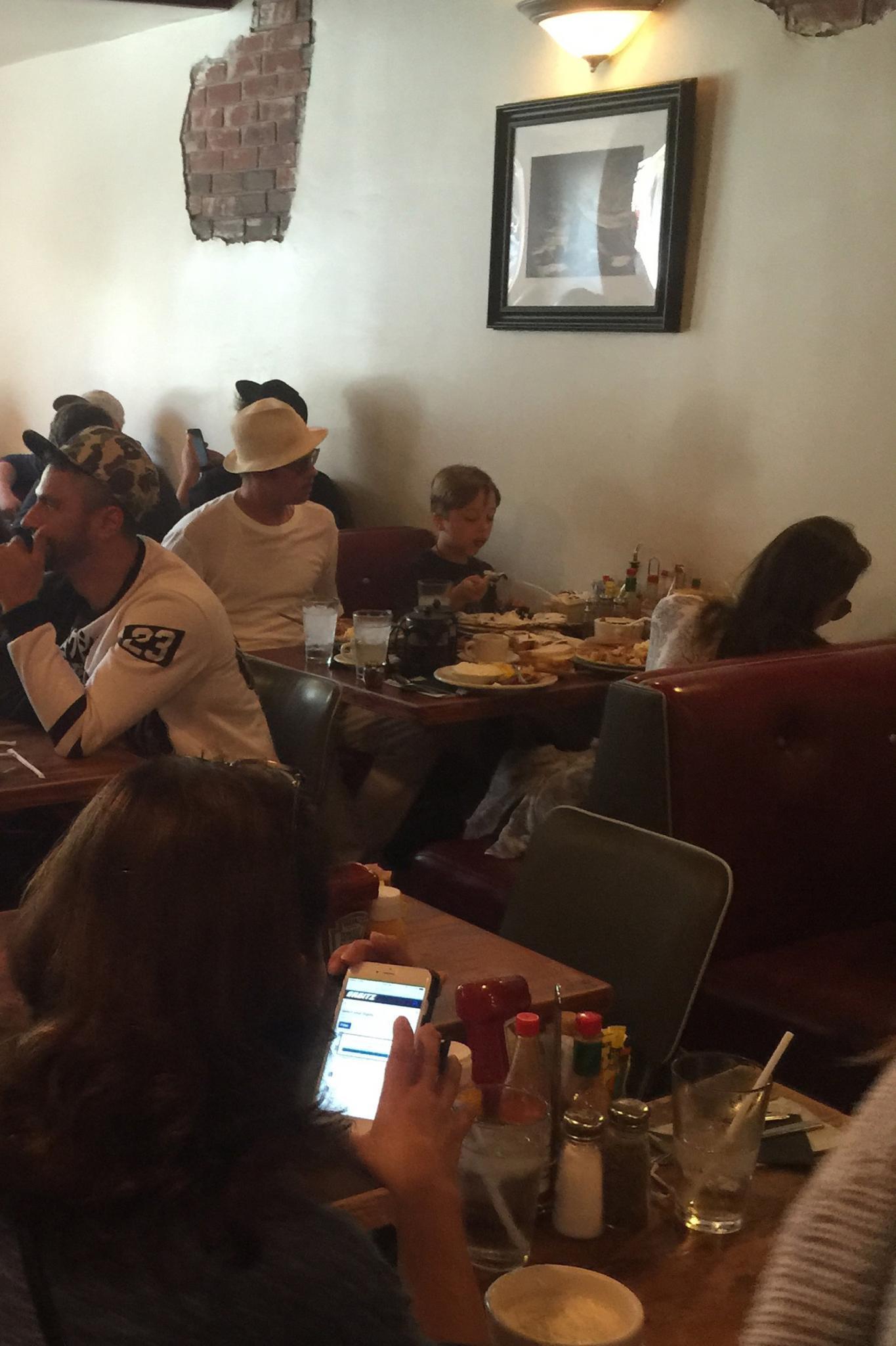 Angelina Jolie und Brad Pitt mit Söhnchen Knox in einem Fast Food-Restaurant
