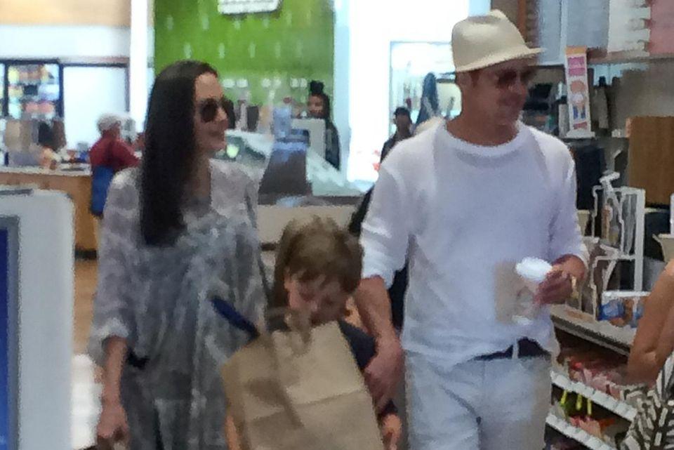 Brad Pitt und Angelina Jolie mit Knox im Supermarkt