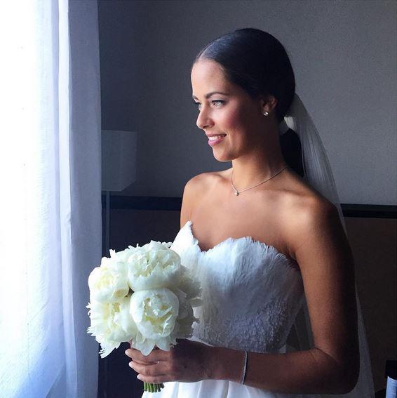 Ein Traum aus Federn und Spitze: Ana Ivanovic heiratet ihren Basti in einem schulterfreien Kleid. Das Oberteil hat Feder-Details. Für mehr Fotos weiterklicken!