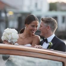 Verliebte Blicke: Auf dem Weg zur Hochzeitsparty nach der kirchlichen Trauung haben Ana Ivanovic und Bastian Schweinsteiger nur Augen füreinander.
