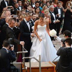 Umrahmt von 300 Gästen hilft Bastian Schweinsteiger seiner schönen Braut ins Wassertaxi, mit dem die Frischverheirateten nach der Trauung zur Hochzeitsparty gebracht werden.