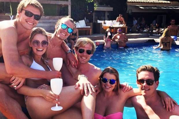 """Kühler Badespaß unter der heißen Sonne im """"Nikki Beach""""-Resort in Saint Tropez: Lady Kitty Spencer zeigt sich selbstbewusst in ihrem neonpinken Bustier-Bikini mit ihren Freunden."""