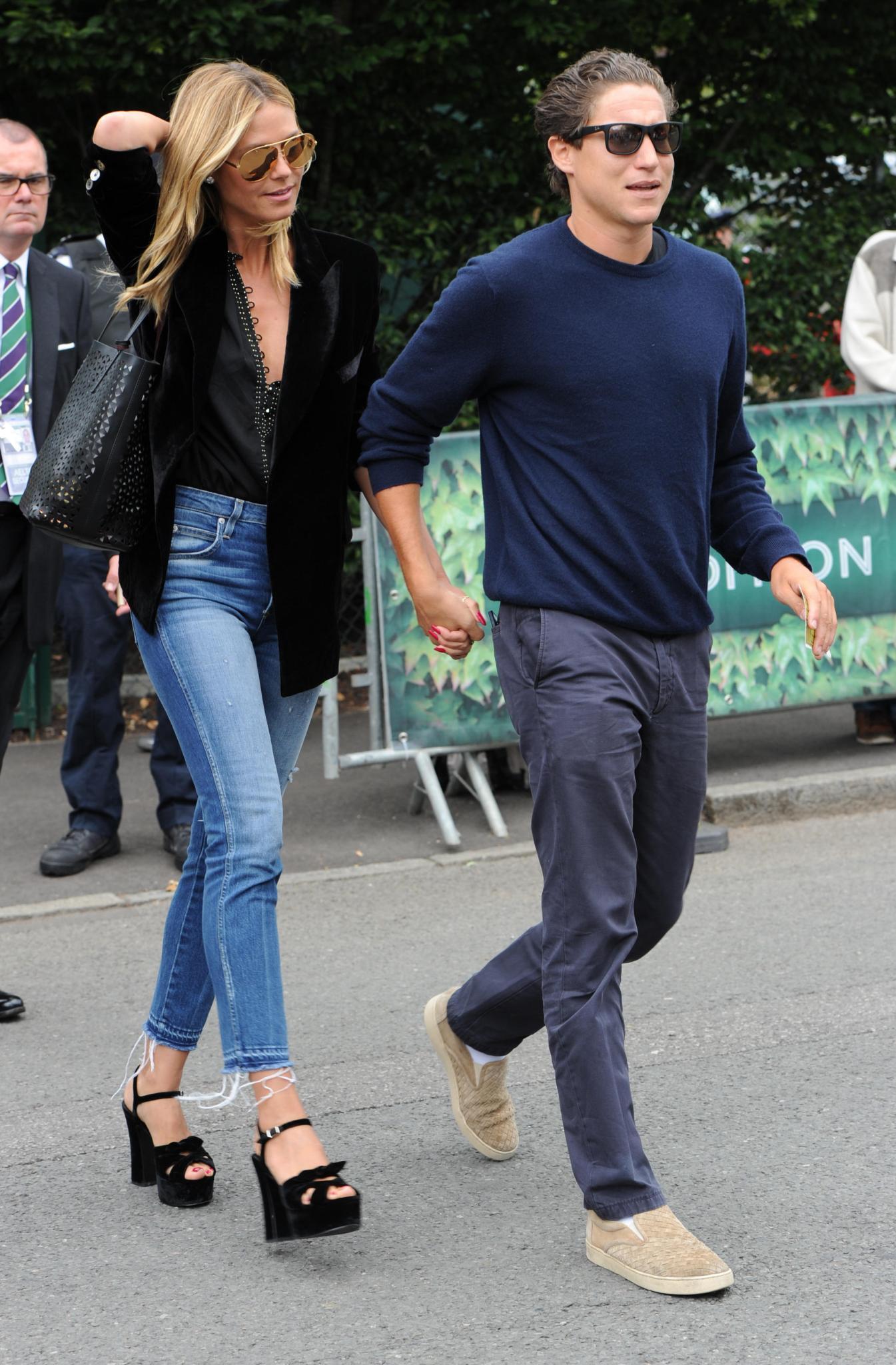 Vito geht voran, hat Heidi fest an der Hand. So präsentierte sich das Paar jetzt auf dem Weg ins Tennisstadion von Wimbledon