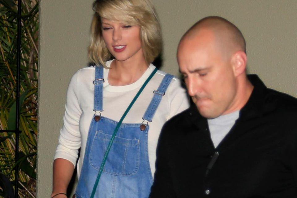 Taylor Swift beim Shoppen in Australien: Ihr Bodyguard darf später die Taschen mit den Einkäufen tragen.