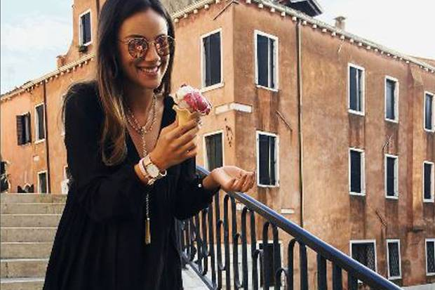 """Während der Dreharbeiten zur Fernsehserie """"Donna Leon"""" findet Janina Uhse noch Zeit, um abends gemütlich mit einem Eis herumzuschlendern."""