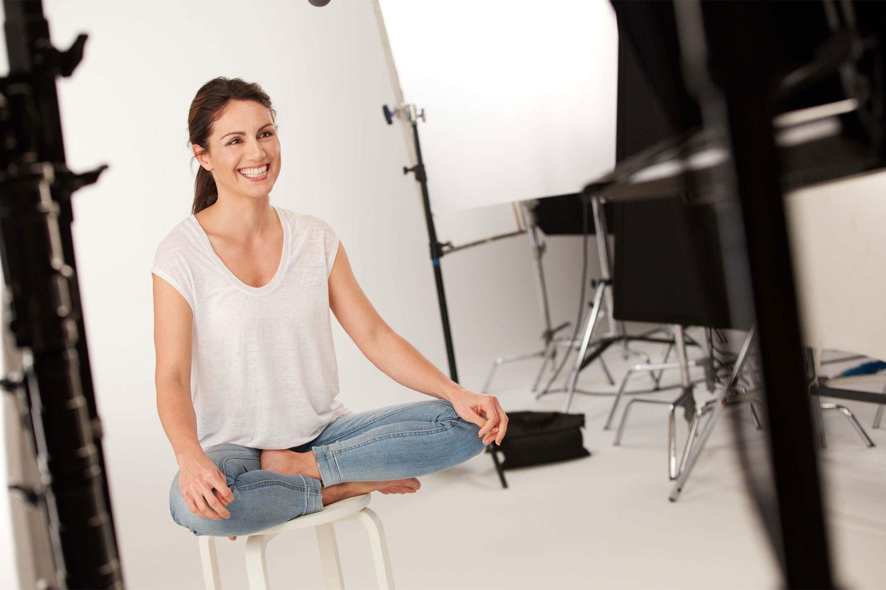 """""""Ein Tag ohne Lächeln ist ein verlorener Tag"""", findet Nazan Eckes, hier beim Shooting für ihre Rolle als Botschafterin, Storyteller und """"Differenz Maker"""" für die Kosmetikmarke Clinique."""