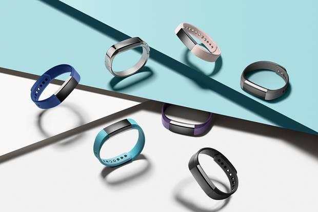 """Das Modell """"Alta"""" von Fitbit gibt es in mehreren stylischen Farben und Armband-Varationen."""
