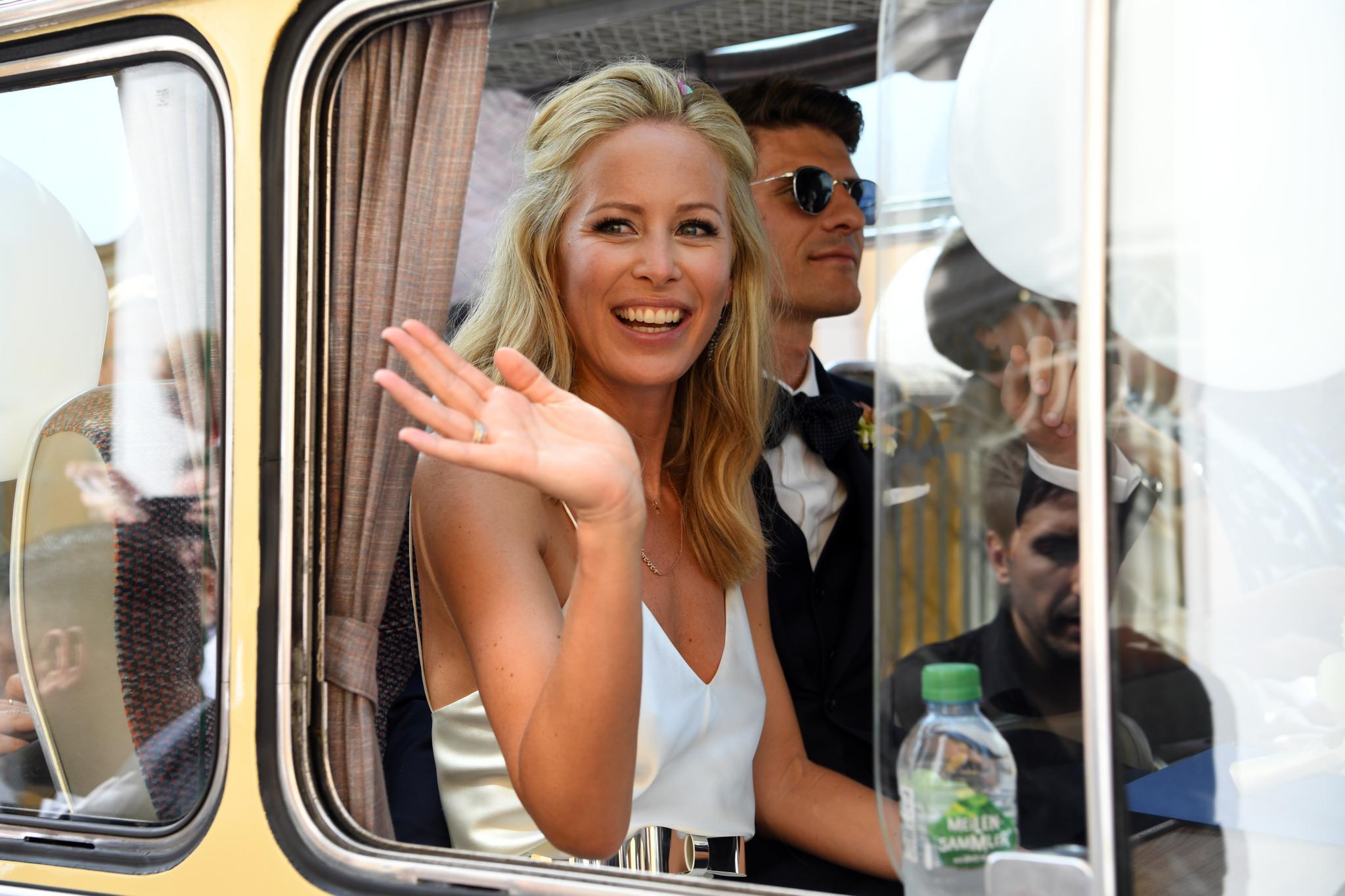 Glücklich verheiratet: Nach ihrer standesamtlichen Trauung winkt Carina Gomez neben ihrem Mann Mario Gomez den Gästen zu.
