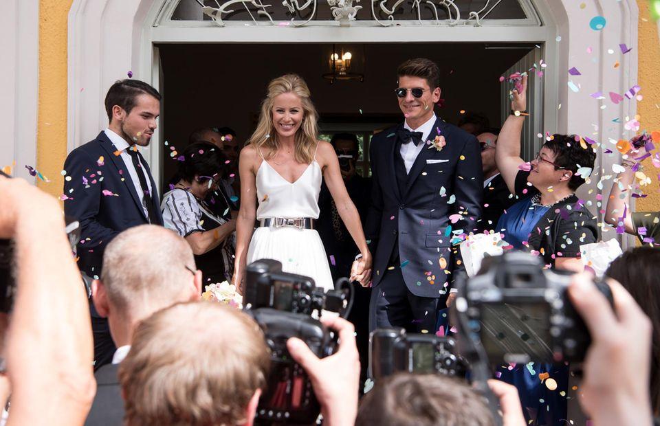 Sie haben sich getraut! Mario Gomez und Frau Carina strahlen bis über beide Ohren. Das frischgebackene Ehepaar verlässt nach der Trauung das Standesamt Schwabing in München.