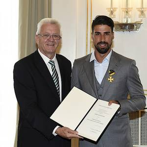 Ministerpräsident Winfried Kretschmann (l.) und Sami Khedira (r.)