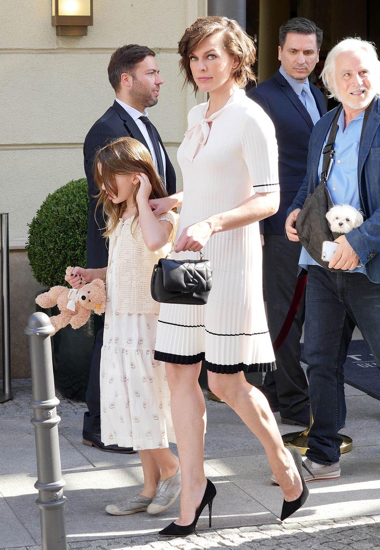 Milla Jovovich und Töchterchen Ever sind ebenfalls unterwegs zur Show von Marc Cain.