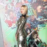 Die schöne Margot Robbie posiert in einem Glitzerfummel für die Fotografen.