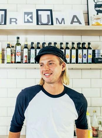 """Mit seinem brandneuen Hamburger Lieferservice """"Ombak Bagus"""" (was auf Bali """"Gute Wellen"""" bedeutet) setzt Surfer und Weltenbummler Tim Scheibe auf knackige Superfood-Kreationen. Inspiration holt er sich in Südostasien: Jede Bowl ist eine Art Insel-Souvenir. (Bowls ab ca. 7 Euro, ombakbagusbowls.com)"""