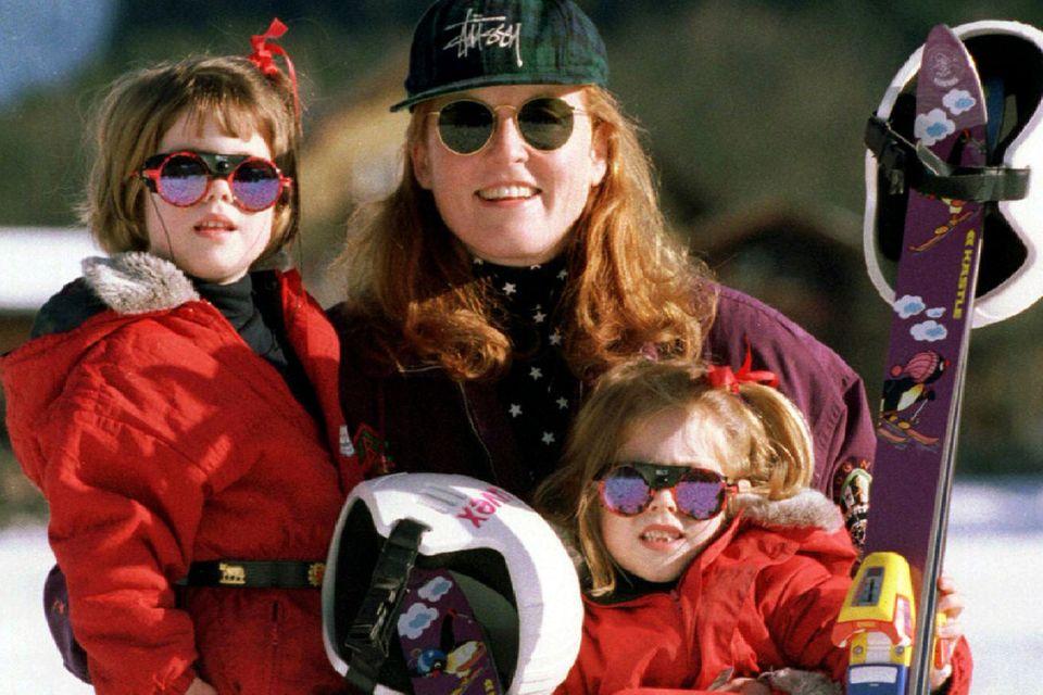 Schon immer urlaubsbegeistert: Prinzessin Beatrice (links) mit ihrer Mutter, Sarah Ferguson, und Schwester Eugenie 1994 beim Skifahren im schweizerischen Klosters.