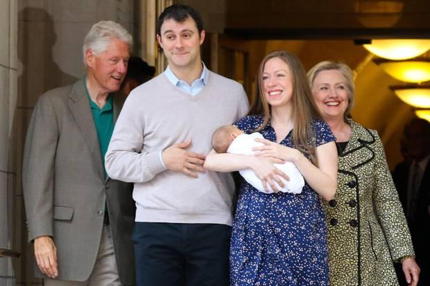 Hillary und Bill mit Tochter Chelsea und Schwiegersohn Marc Mezvinsky. Das Paar hat sie zu zweifachen Großeltern gemacht