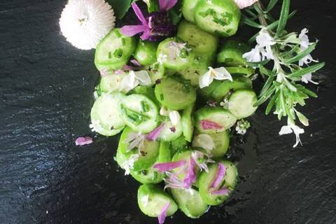 Gurkensalat mit Vinaigrette und Blüten-Mischung