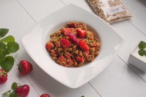 Quinoa-Salat mit Erdbeeren und Minze