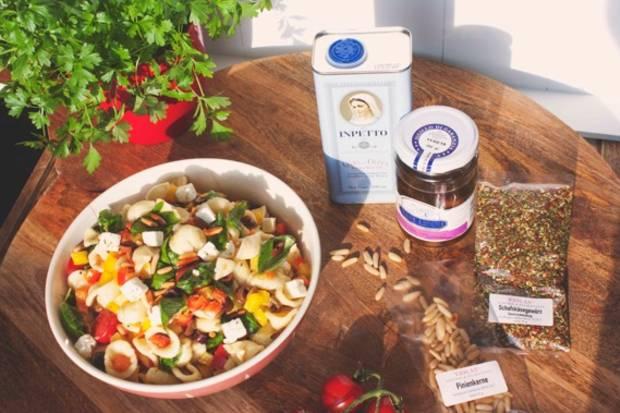 Nudelsalat mit Orechiette, Schafskäse und Pinienkernen