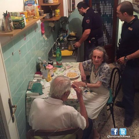 Herzzerreißend: Polizei findet weinendes Ehepaar