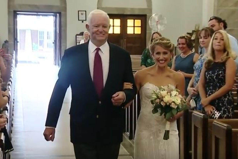 Thomas führt Jeni Stepien zum Altar